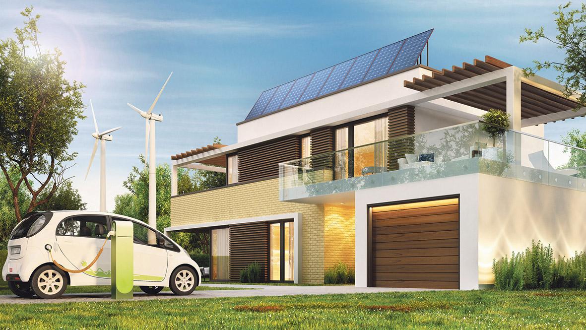 E-Auto, Haus mit Solaranlage, Windräder im Hintergrund.