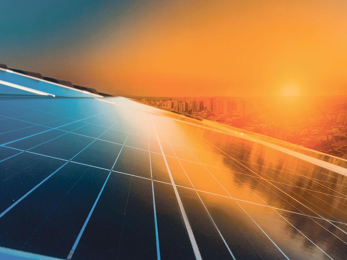 Photovoltaikanlage vor einem Sonnenuntergang