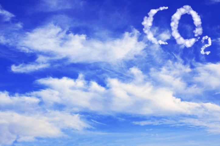 Wolken vor blauem Himmel; eine Formation sieht aus wie CO2. Thema: Klimaschutzgesetz