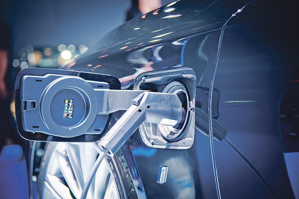 Detailansicht: Elektroauto wird aufgeladen