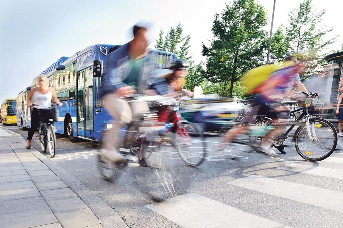 Verkehr: Fahrradfahrer und Busse