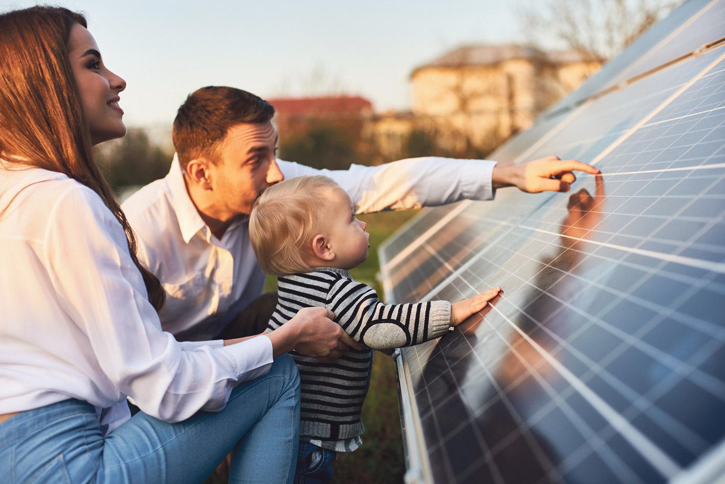 Eltern, die ihrem Kind ein Smart Grid erklären.