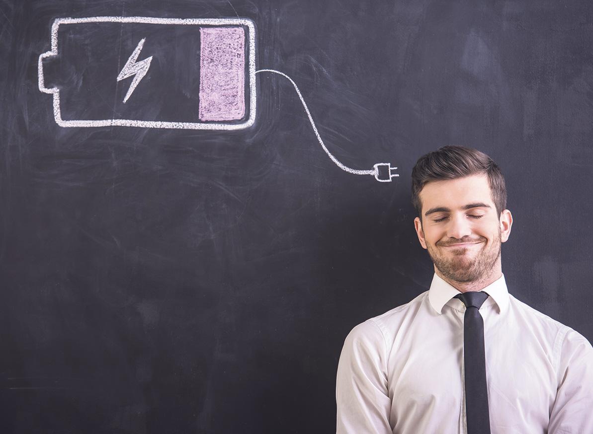 Ein Mann steht vor einer Tafel, auf die eine Batterie mit Kreide gezeichnet wurde. Symbolbild für Technologien im Bereich Großspeicher
