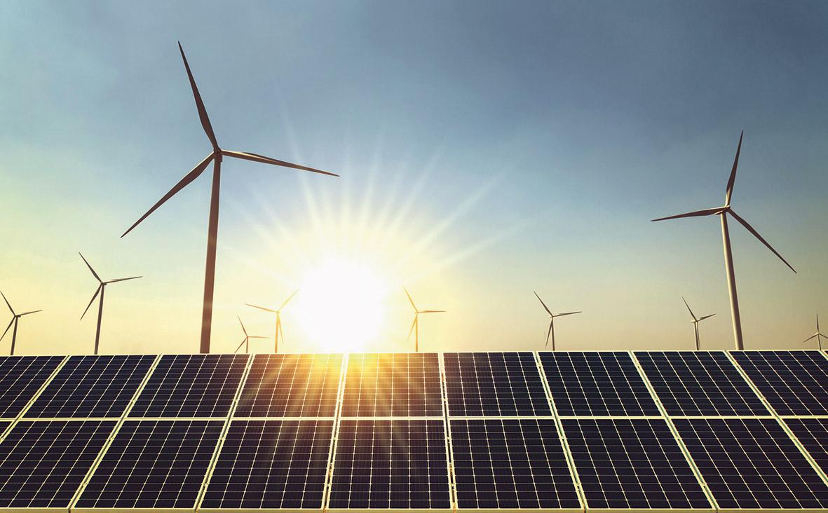 Windräder und Solaranlage.