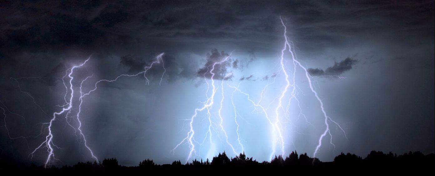 Blitze bei Nacht. Symbolbild Kraft-Wärme-Kopplung