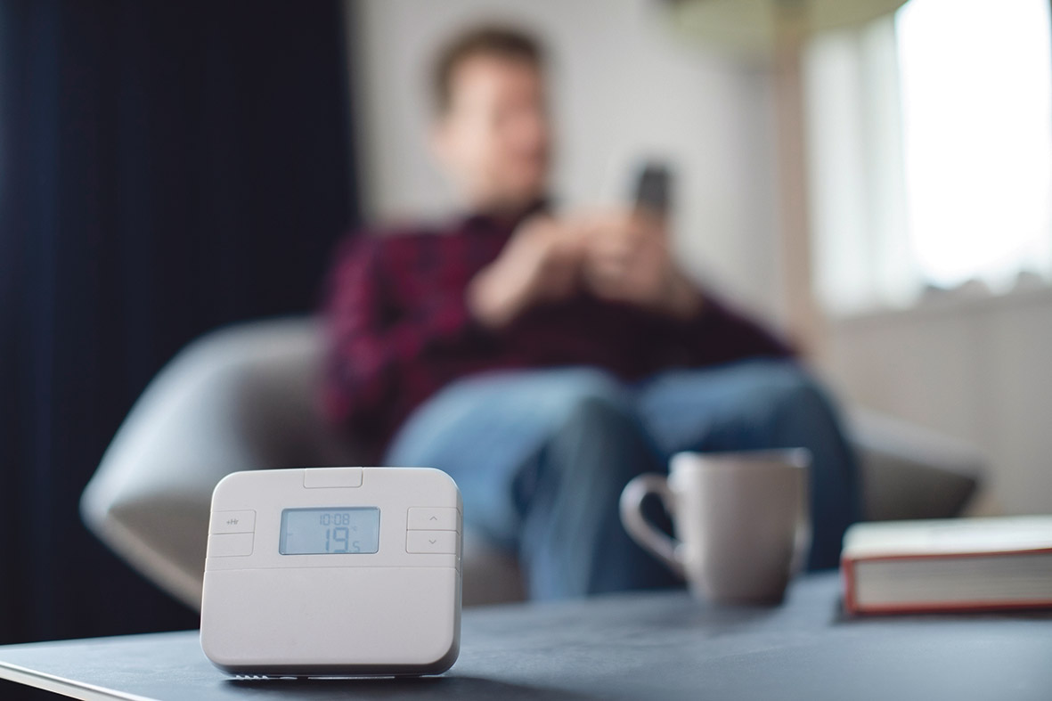 Wohnzimmer ausgestattet mit digitalen Technologien zum Optimieren des Energieverbrauchs.