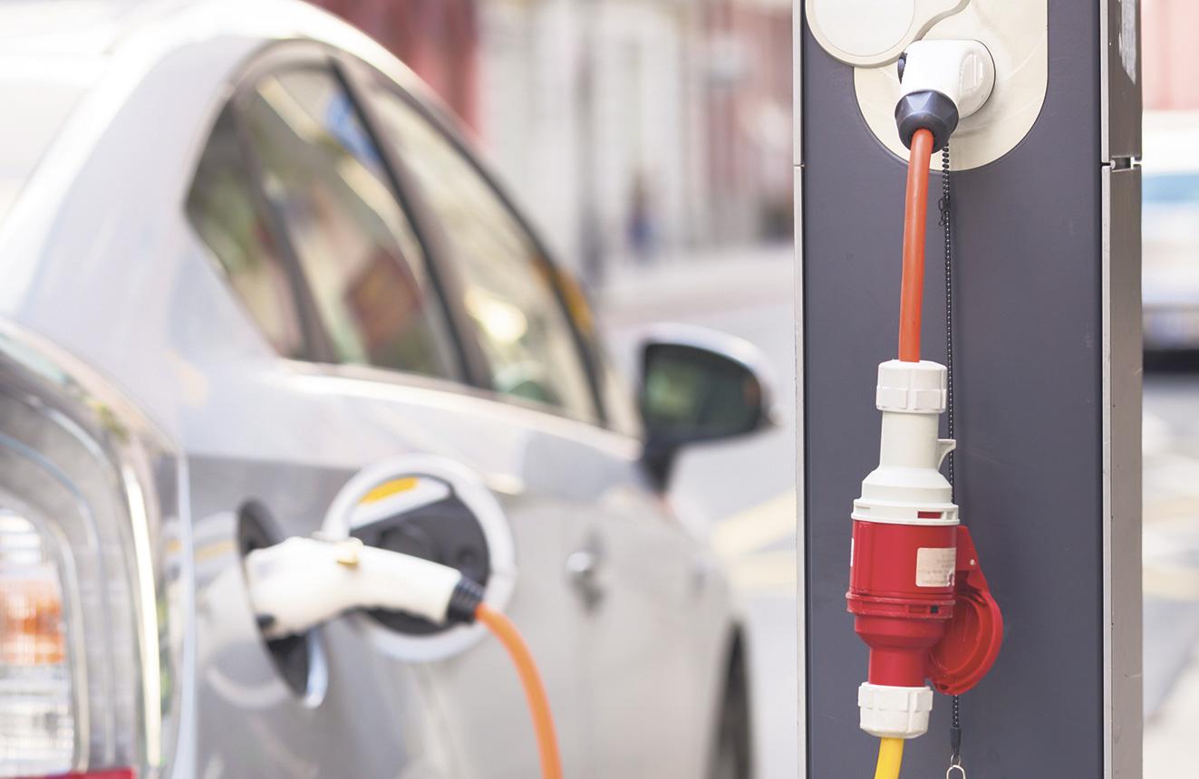 Auto an einer Zapfsäule. E-Fuels sind flüssige Kraftstoffe aus grünen Energien
