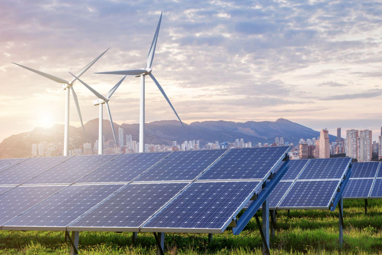 Solarzellen und Windkraftanlagen im Sonnenaufgang. Erneuerbare Energien sind die Zukunft