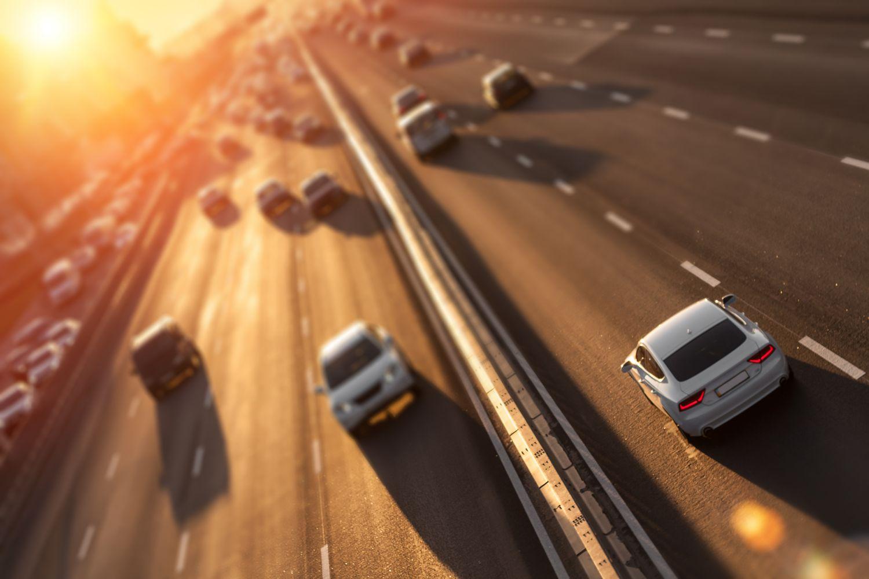 Fahrende Autos auf Autobahn von oben