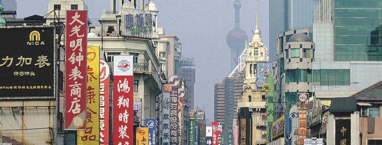 Blick in eine belebte Straße in einer chinesischen Metropole. China ist auf dem Solarmarkt ein ernstzunehmender Konkurrent