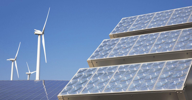 Solarpanels. Durch virtuelle Kraftwerke, also den Zusammenschluss vieler kleiner Energieproduzenten, lassen sich konventionelle Kraftwerke ersetzen.