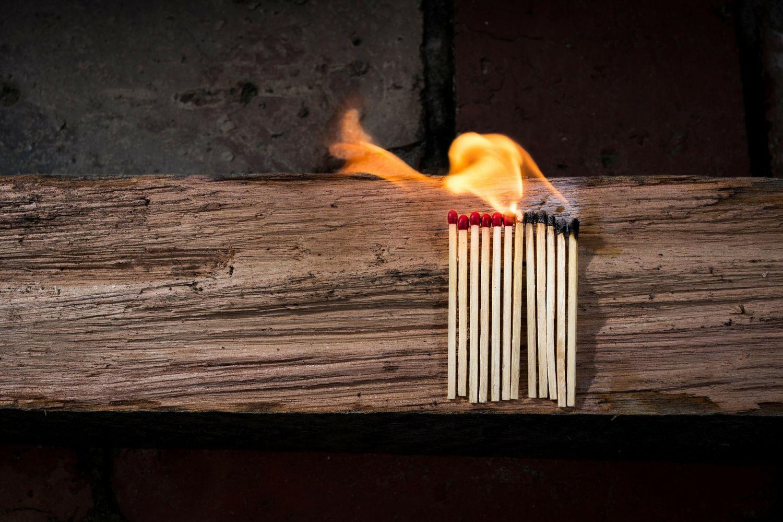 Brennende Streichhölzer. Mit der richtigen Strategie lässt sich Heizöl sparen