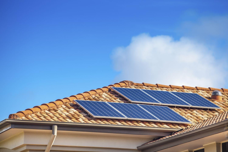 Solarpanels auf einem Häuserdach: Speicherlösungen für erneuerbare Energien sind ein Zukunftsthema