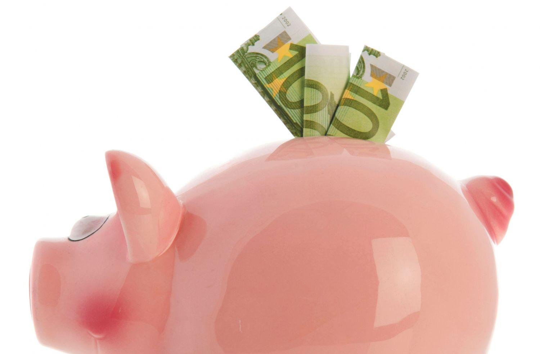 100-Euro-Scheine in einem Sparschwein