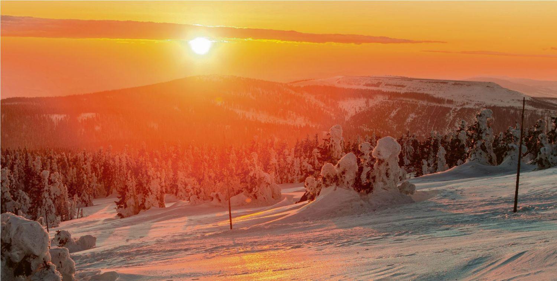 Die Sonne geht über einer verschneiten Winterlandschaft auf. Symbolbild Wärmesektor