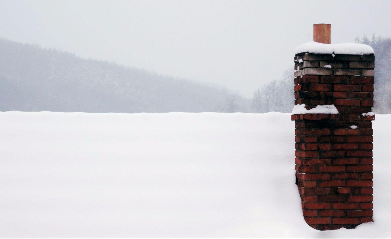 Ein Schornstein im Winter. Egal, ob Erdgas, Flüssiggas oder Holzpellets: Warm soll es sein.