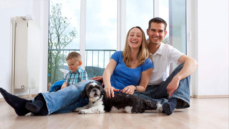 Eine Familie sitzt vor ihrer Flüssiggas-Heizung