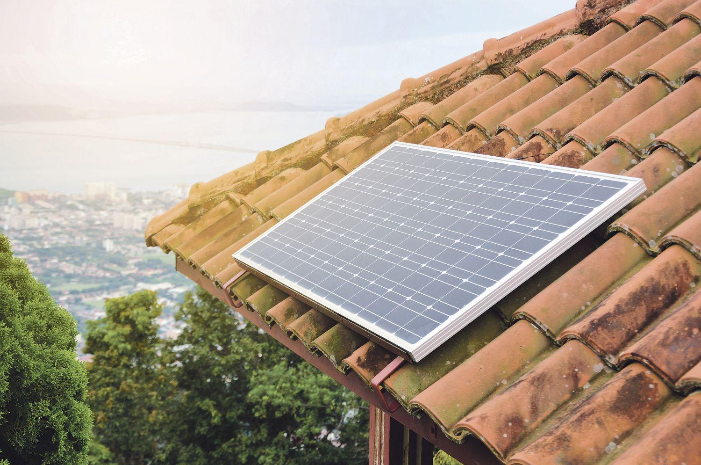 Ein Solarpanel auf einem Dach. Das neue Wärmegesetz stellt Hauseigentümer vor neue Herausforderungen