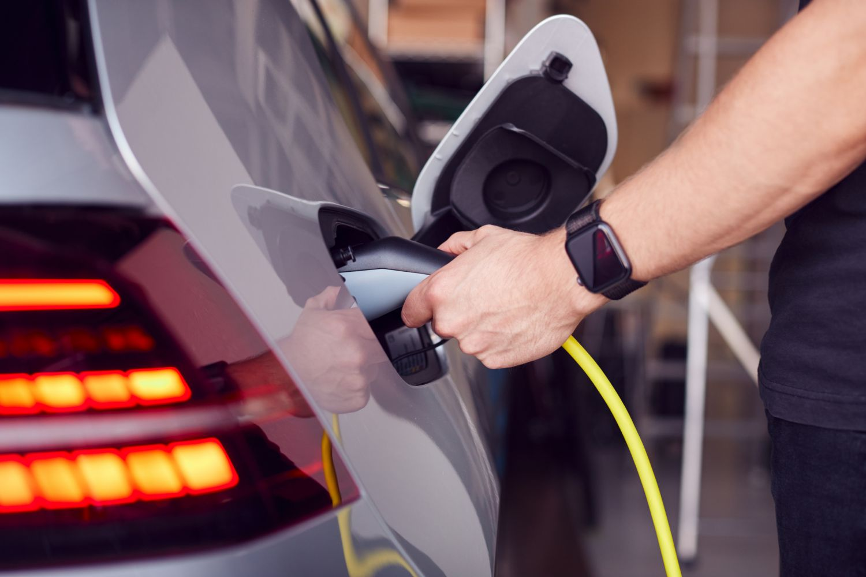 Ein Auto wird getankt. Thema: CO2-neutrale Brenn- und Kraftstoffe