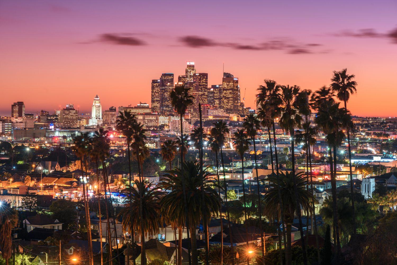 Eine Großstadt im Sonnenaufgang. Thema Energiewende und Energieeffizienz