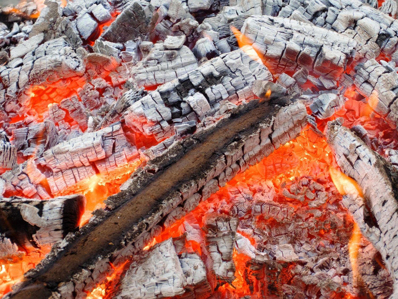 Glut. Mit Biomasse heizen hat viele Vorteile