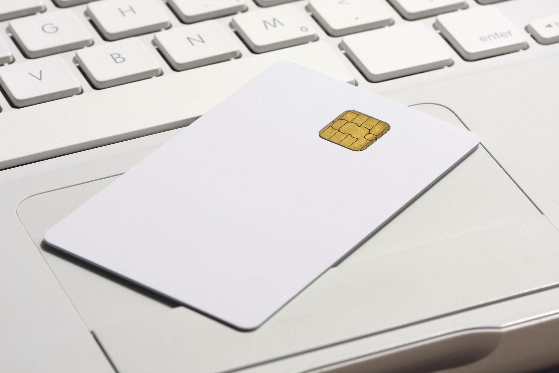 Neben einer Tastatur liegt eine Smartcard. Big Data erfordert neue Sicherheitsstandards