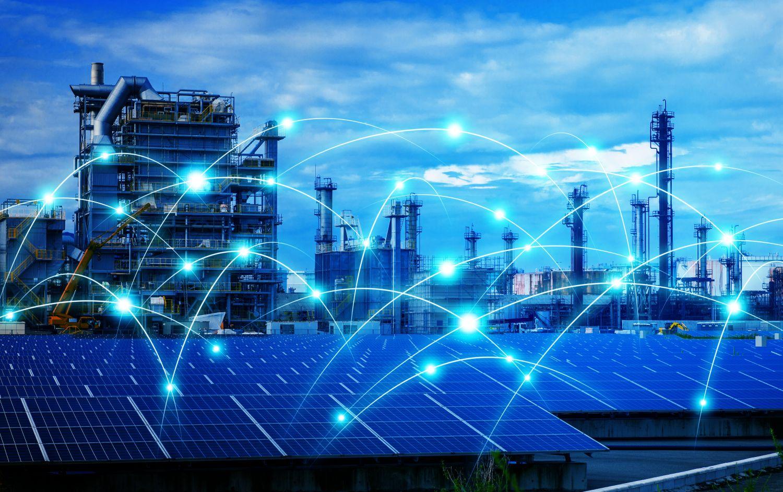 Photovoltaikanlage und Kraftwerk, Leuchtstreifen und -punkte verdeutlichen digitale Vernetzung.