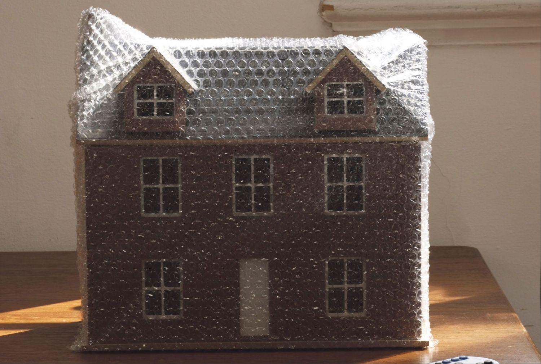 Modell eines Wohnhauses. Eine energetische Gebäudesanierung zahlt sich oft aus